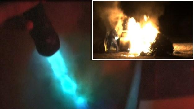 Impresionante: rescatan a mujer inconsciente de auto envuelto en llamas