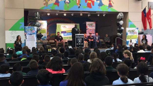 Raiders hacen donativo a distrito escolar del Condado Clark