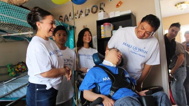 Menor hispano con discapacidad recibe regalo