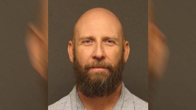 Maestro del CCSD acusado de explotación sexual