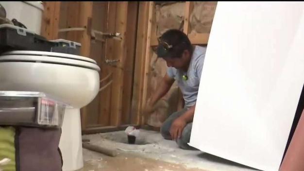 Arrendatario toma meses en arreglar baño y amenazó con desalojar a familia