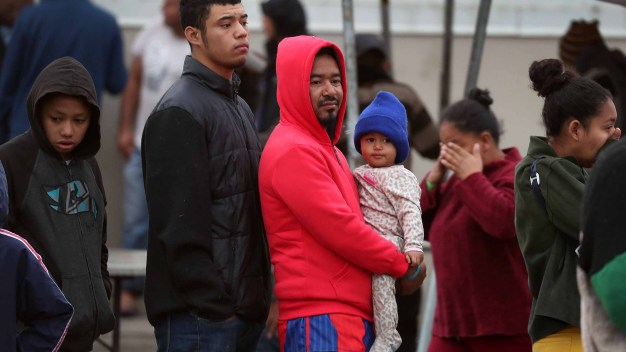 Juez analiza bloquear política para solicitantes de asilo}