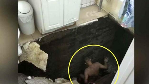Dramático: se desploma baño con padre e hija dentro