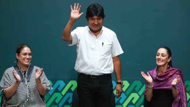 Evo Morales recibe premio en México y no descarta retorno a Bolivia