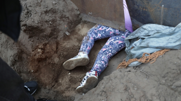 Por arriba o por abajo, migrantes cruzan muro fronterizo