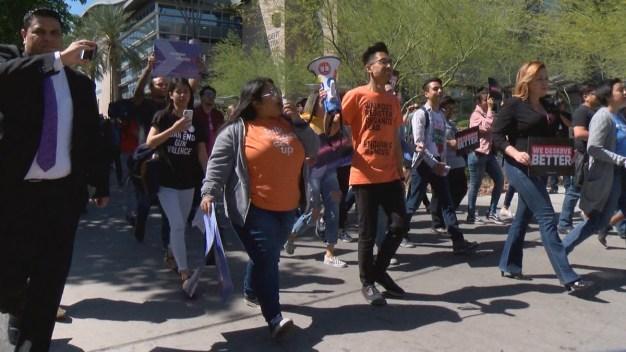 Estudiantes de Las Vegas salen de clases para manifestarse en contra de las armas
