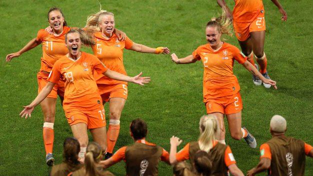 Holanda derrota 2-1 a Japón con un penal sobre el final