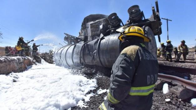 Chocan tren y camión cisterna: 2 muertos