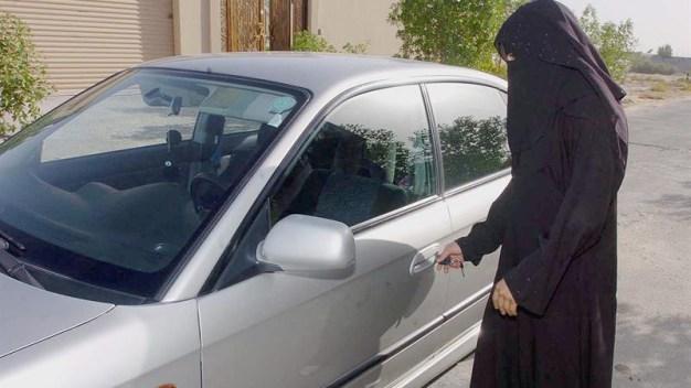 Mujeres saudíes se preparan para salir a conducir