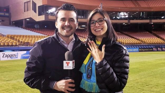 Emotivo: presentador de deportes se le declara a su novia en vivo