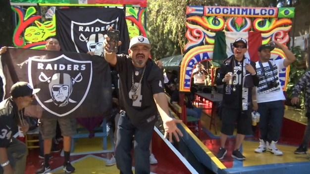 Fanáticos de Raiders invaden Xochimilco en su visita a México