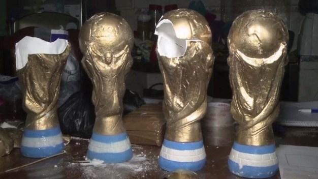 Confiscan trofeos de la copa mundial llenos de cocaína