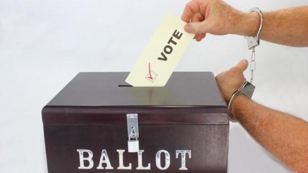 Hombre enfrenta cargos por votar en Arizona y Nevada
