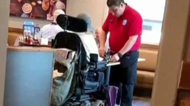 Empleado de Las Vegas parte comida de cliente en silla de ruedas
