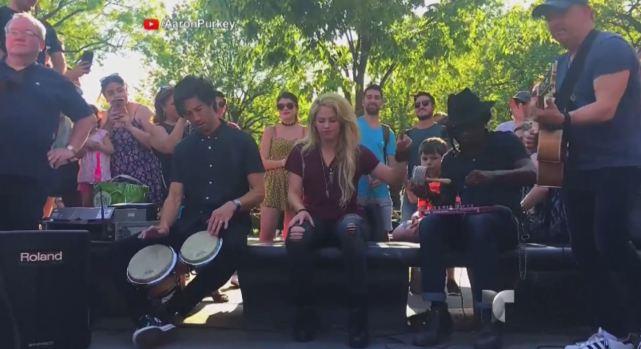 "¡Shakira canta ""Chantaje"" en plena calle en Nueva York!"