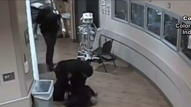 Policía lanza contra el piso a joven esposada