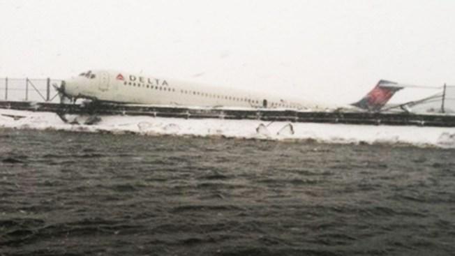Avión patina y casi termina bajo el agua en NY