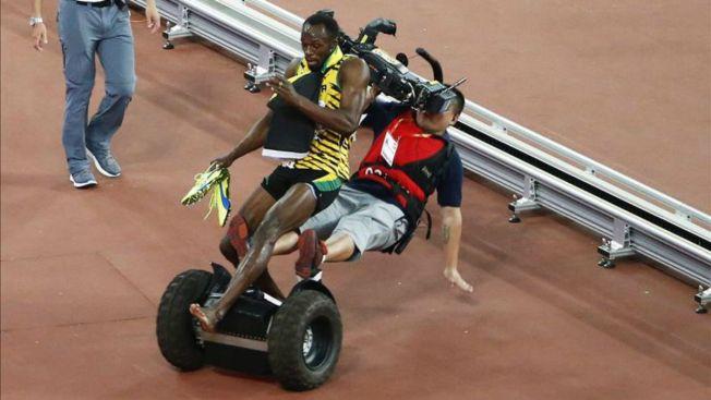 Usain Bolt gana carrera y lo derriban al celebrar