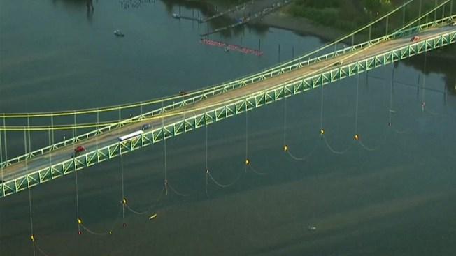Se cuelgan de puente para protestar