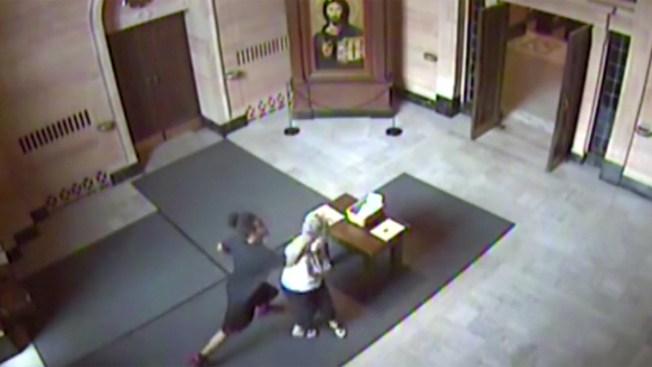 Captado en cámara: agreden a anciana en iglesia