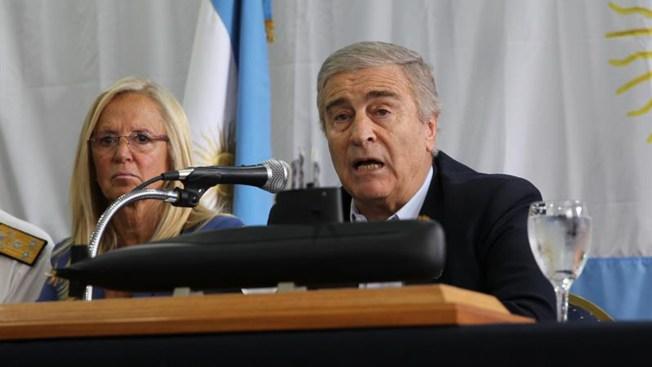 """Ministro de defensa de Argentina culpa a la """"falta de experiencia"""" de la tripulación del submarino hundido"""