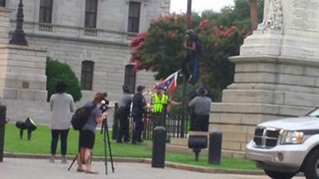 Arrestan a dos por sacar bandera confederada