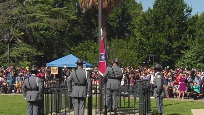 Arrían bandera confederada en Carolina del Sur