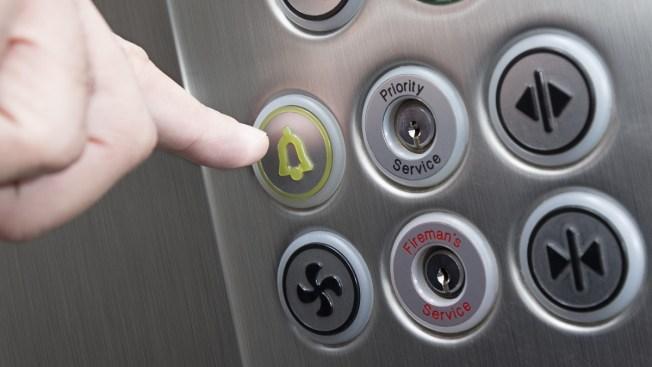 20 personas atrapadas por horas en elevador en el Strip