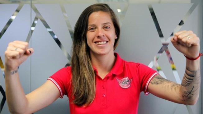 Arquera chilena defiende su arco contra la campeona Lloyd
