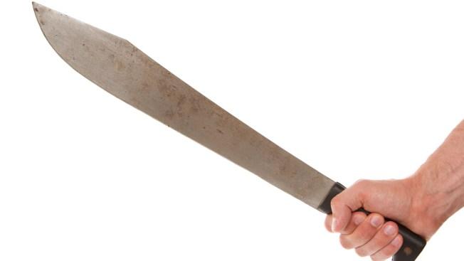 Mujer es agredida a machetazos