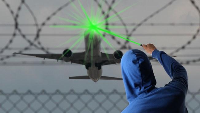 Apuntan el avión del Papa con la luz de un láser