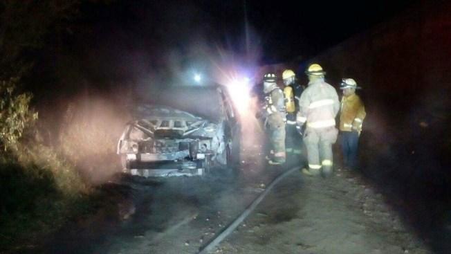 Hallan 6 cuerpos calcinados en camioneta de lujo en Uruapan