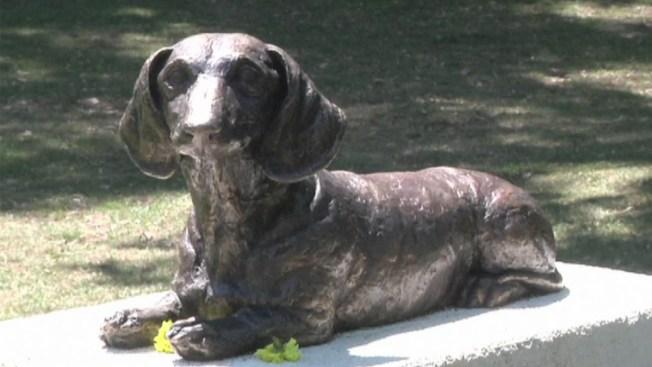 Dedican monumento a perro heroico
