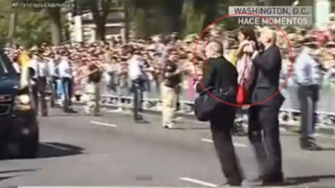 Niña hispana brinca la seguridad y llega al Papa