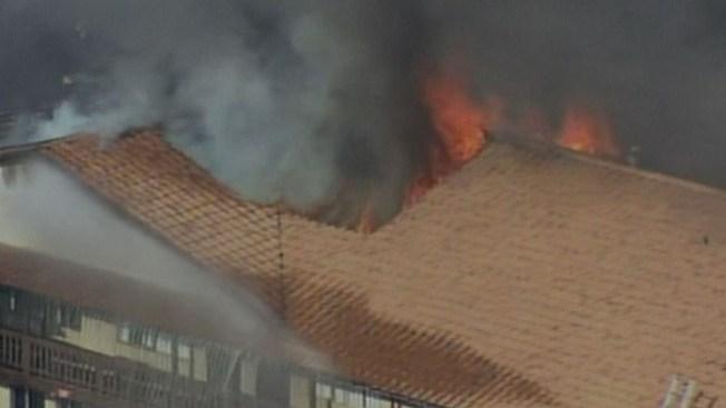 Fuego arrasa con 32 apartamentos