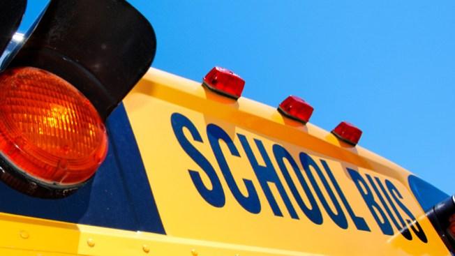 Choca con un autobús escolar