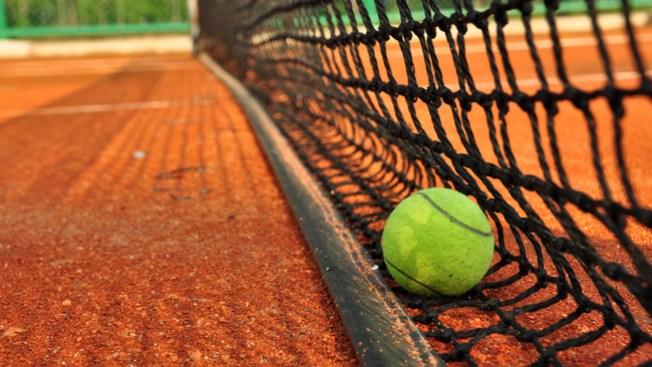 Hallan mujer muerta en cancha de tenis