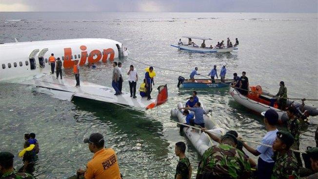 Avión aterriza aparatosamente en el mar
