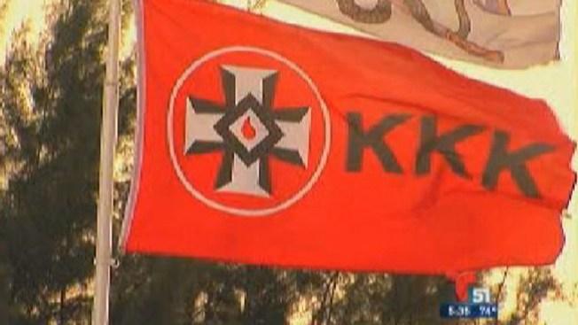 Iza una bandera del KKK en su casa