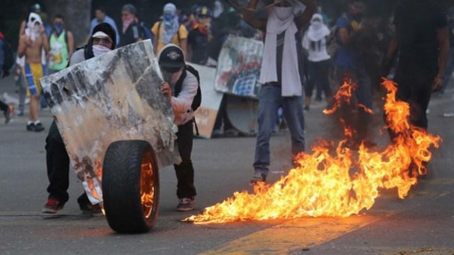 Venezuela: arremeten contra barricadas