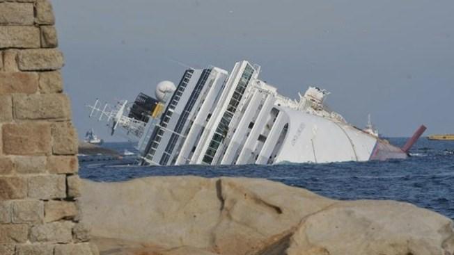 Costa Concordia encallado un año después
