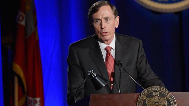 Petraeus pide disculpas por amorío