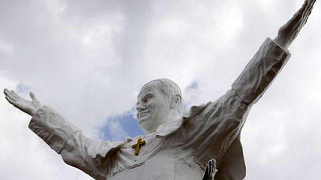 Develan estatua gigante de Juan Pablo II