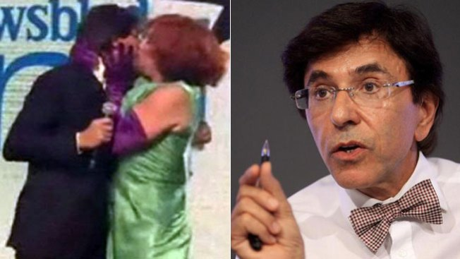 Travesti besa y sonroja a ministro