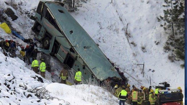 Autobús se precipita al vacío