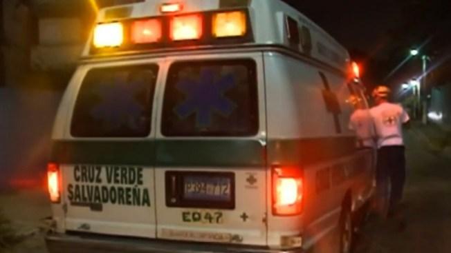 Salvadoreños se recuperan de temblor
