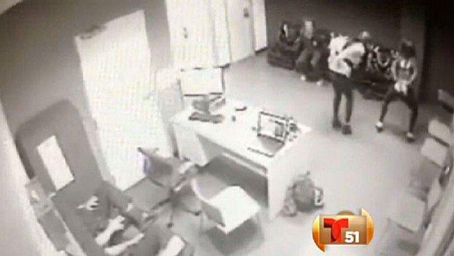 Chicas se divierten en estación de policía