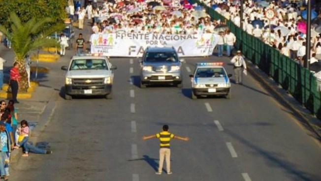 Niño encara manifestación antigay en México