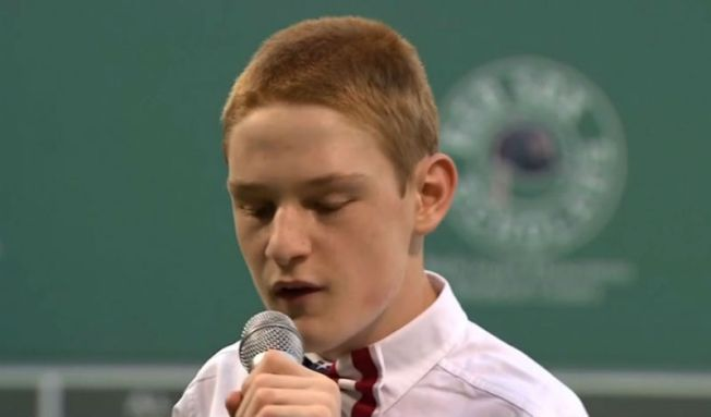 Ovacionan a joven ciego y autista al cantar himno