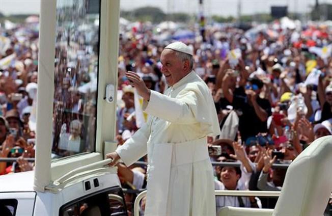 El Papa Francisco atrae multitudes en Ecuador